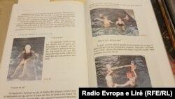 Libri i Edukatës Fizike, ku nxënësit e klasës së tretë mësojnë për notin, ndonëse shkollat nuk kanë pishina që nxënësit ta praktikojnë këtë sport