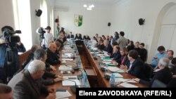 Из 35 народных избранников за бюджет проголосовали 20, и этого хватило для утверждения главного финансового документа страны