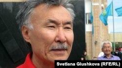 Архитектор Орал Әлібаев «1932-1933» жылдардағы ашаршылық құрбандарына тағзым» атты ескерткіш кешені авторларының бірі. Астана, 31 мамыр 2012 жыл.
