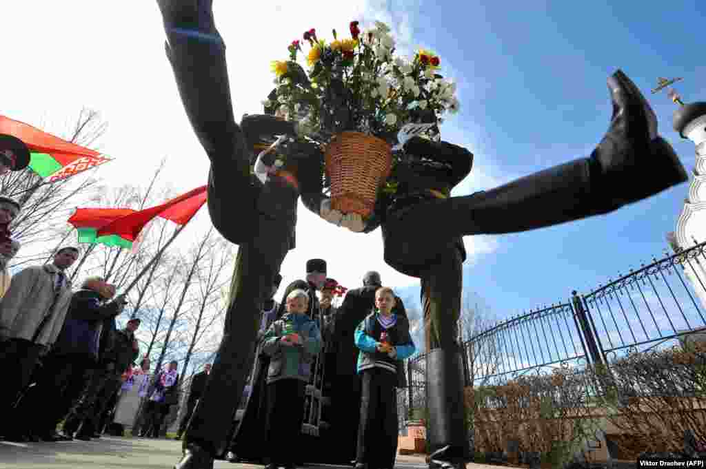 Belarusian honor guards lay flowers at the Chornobyl victims' memorial in Minsk. The world marked the 27th anniversary of the world's worst nuclear disaster at the Chornobyl nuclear pant in Ukraine on April 26. (AFP/Viktor Drachev)