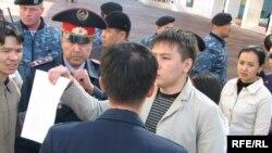 Жанболат Мамай, руководитель молодежного клуба «Рух пен тiл», демонстрирует письмо протеста руководителям спецслужб. Астана, 9 сентября 2009 года.