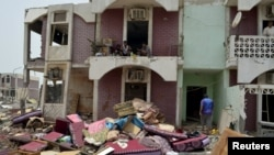 Дома, пострадавшие в результате авиаударов в йеменском городе Мокха, 26 июля 2015 года.