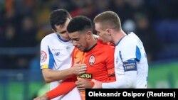 Гравці «Динамо» заспокоюють капітана «Шахтаря» Тайсона через расистські вигуки на його адресу з боку вболівальників, Харків, 10 листопада 2019 року