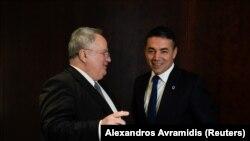 Ministri i Jashtëm grek Nikos Kotzias me homologun e tij maqedonas Nikola Dimitrov.