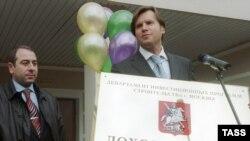 В Москве уже появляются первые доходные дома. Руководитель департамента инвестиционных программ строительства Сергей Волков (справа) на открытии первого доходного дома, построенного в Москве после 1917 года