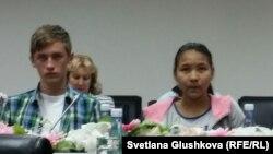 """Дети-сироты в главном офисе партии """"Нур Отан"""", перед вручением им сертификатов о накопительных образовательных счетах. Астана, 7 июля 2015 года."""