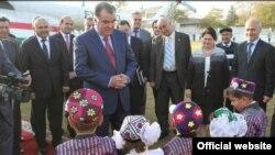 Тәжікстан президенті Эмомали Рахмон (ортада) балалармен сөйлесіп тұр. 28 қазан 2013 жыл.