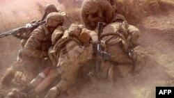 Ushtarët amerikanë në Afganistan e ndihmojnë një koleg të plagosur