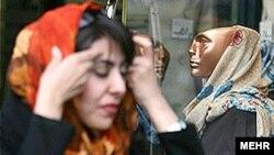 وزارت فرهنگ و ارشاد اسلامی استان کرمان تردد زنان با مانتوهای سفيد و رنگی به اين اداره را ممنوع کرده است. (عکس: مهر)