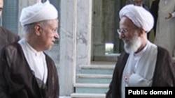 از معدود تصاویر منتشر شده که اکبر هاشمی رفسنجانی و محمدتقی مصباح یزدی را در حال احوالپرسی با یکدیگر نشان میدهد. ۲۳ شهريور ۱۳۸۹
