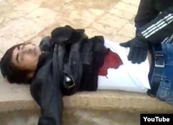 Убитый на центральной площади Жанаозена молодой демонстрант. 16 декабря 2011 года.