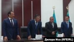 Слева направо — аким Шыкента Нурлан Сауранбаев и аким Южно-Казахстанской области Жансеит Туймебаев на сессии городского маслихата. Шымкент, 5 июня 2018 года.