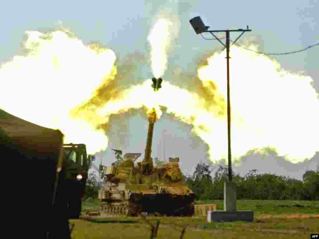 نیروهای اسرائیل به داخل خاک غزه شلیک می کنند.