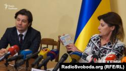Марина Порошенко демонструє диплом мистецтвознавця