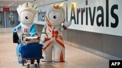 Олимпиада талисмандары Венлок пен Мандевиль Хитроу әуежайында қонақтарды қарсы алып тұр. Лондон, 23 шілде 2012 жыл