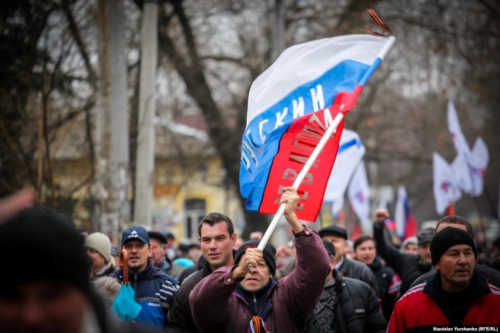 Внеочередная сессия крымского парламента должна была состояться в 15:00. На повестке дня два вопроса: «Об общественно-политической ситуации в Украине и АРК» и «Об отчете Совета министров АРК»