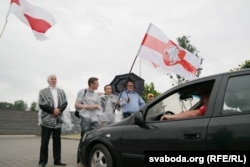 Рыгор Кастусёў (зьлева) пікетуе рэстарацыю каля Курапатаў 11 чэрвеня