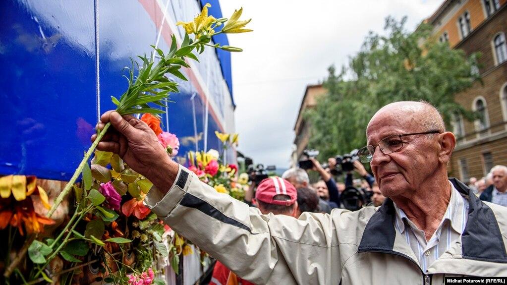 Edhe një burrë vë lule në kamion...