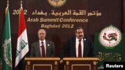 وزير الخارجية العراقي هوشيار زيباري (يمين) والأمين العام المساعد لجامعة الدول العربية أحمد بن حلي يتحدثان في مؤتمر صحفي ببغداد