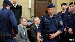 Альнур Мусаев и Вадим Кошляк (слева) сидят в Земельном суде по уголовным делам. Вена, 14 апреля 2015 года.