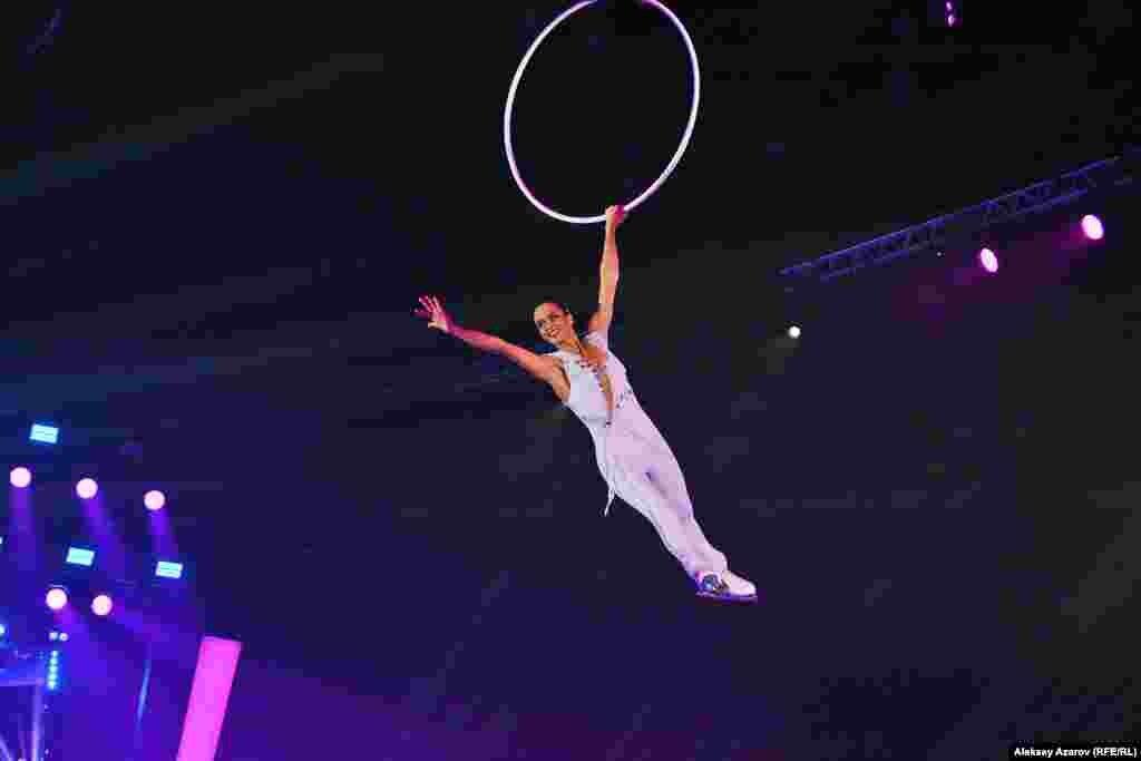 Француженка Мари-Пьер Лере соединяет фигурное катание и воздушную акробатику. При этом проделывает номера над ледовой площадкой без страховки. Ее выступления в Алматы сорвали наиболее бурные овации публики. Действительно, это захватывающе и нечасто такое увидишь.