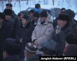 Ички иштер министринин орун басары Курсан Асанов андарактыктар менен жолугушууда. 30-декабрь, 2011.