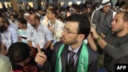Ослободени палестински затвореници се молат по ослободувањето.