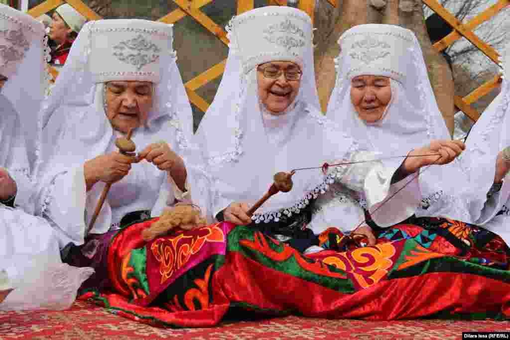 Женщины с прялками.