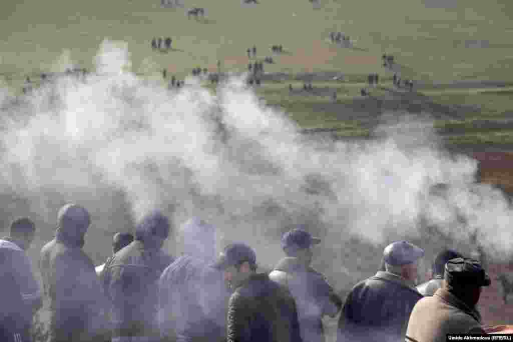 Дым шашлыка - непременный атрибут любого народного праздника в Узбекистане.