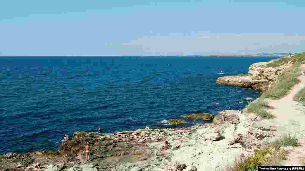 На іншому березі, ближче до пляжу Сонячного, все ж є купальники