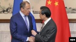 Қытай сыртқы істер министрі Ван И (оң жақта) Ресей сыртқы істер министрі Сергей Лавровпен кездесіп тұр. Пекин, 15 сәуір 2014 жыл.
