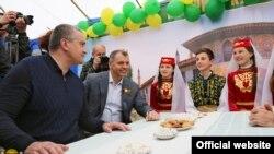Qırımnıñ Rusiye akimiyetiniñ başı Sergey Aksönov, Qırım devlet şurasınıñ şimdiki reisi Vladimir Konstantinov qırımtatar milliy Hıdırlez bayramında