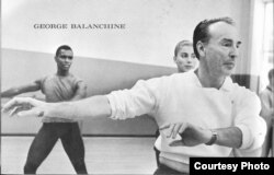 Джордж Баланчин на занятиях в балетном классе (© Martha Swope)