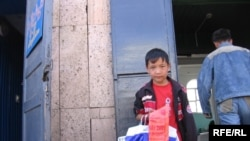 Мальчик торгующий на рынке Уральска полиэтиленовыми пакетами. Уральск, июль 2008 года.