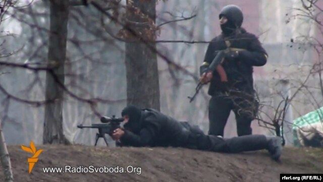 A still photo from a video by RFE/RL's Ukrainian Service (below) seemingly showing Ukrainian security forces in a confrontation with antigovernment protesters in Kyiv on February 20.