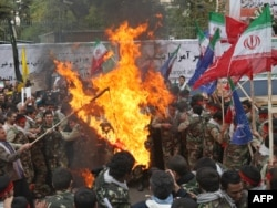 Ирандықтар АҚШ елшілігі жанында қарсылық акциясын өткізіп жатыр. Тегеран, 4 қараша 2009 жыл.