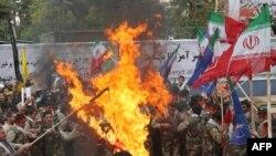 Թեհրանում ԱՄՆ-ի նախկին դեսպանության շենքի մոտ հակաամերիկյան ցույցի մասնակիցները այրում են ԱՄՆ-ի դրոշը, 4 նոյեմբերի, 2009