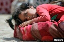 Ребенок из семьи беженцев-езидов, которые вынуждены покинуть родные места из-за наступления экстремистской группировки «Исламское государство».