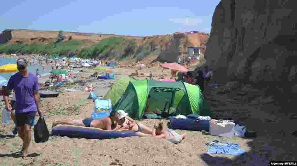Туристы ставят палатки возле обвалоопасного склона