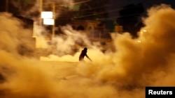 قوات مكافحة الشغب تستخدم الغاز المسيل للدموع لتفريق المتظاهرين امام القصر الجمهوري بالقاهرة -الجمعة 8شباط
