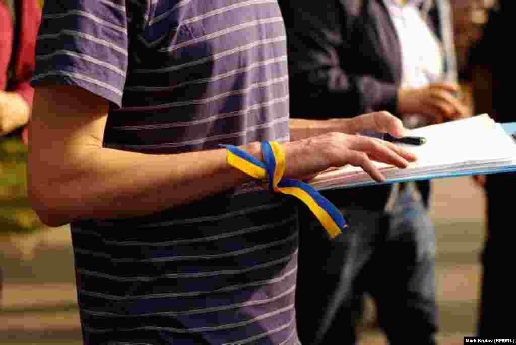У многих участников акции были ленточки в цветах украинского флага, значки или просто одежда в желто-голубых цветах