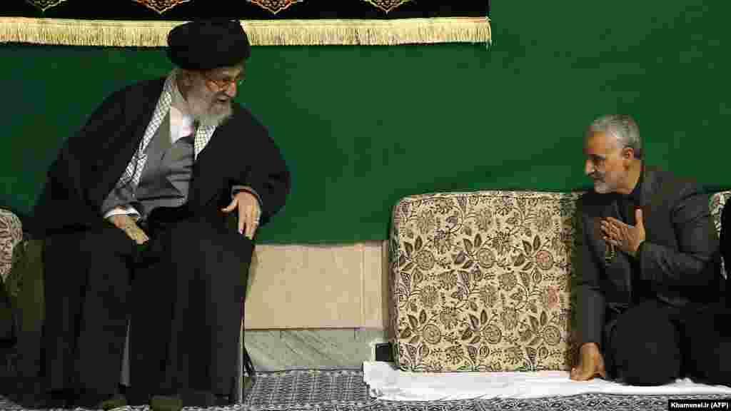 Многие годы Касем Сулеймани пребывал в тени. О нем заговорили после 27 марта 2015 года. Тогда он появился на религиозной церемонии в Тегеране вместе с верховным лидером Али Хаменеи
