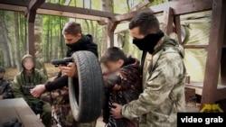 Tinejdžeri iz Srbije učestvuju u obuci vojno-patriotskog kampa u Rusiji, 2017. godine koji vodi ultranacionalistička organizacija E.N.O.T. Corp.