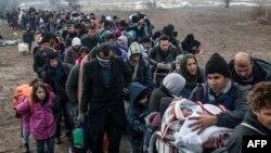 Migrantlar we bosgunlar serhet gözegçiliginden geçmek üçin nobatyna garaşýarlar, Makedoniýanyň Serbiýa bilen serhedi, Miratowaç, 29-njy ýanwar, 2016