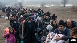 Мігранти і біженці чекають на перевірку на кордоні Македонії і Сербії, 29 січня 2016 року