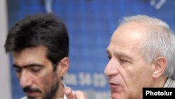 Председатель Союза архитекторов Армении Мкртич Минасян (справа)