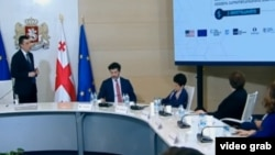 Презентацию с цветными слайдами премьер провел для расширенного состава антикризисного совета