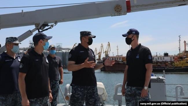 Командувач ВМС Олексій Неїжпапа з командиром катеру типу Island Р-190 «Слов'янськ» Даміром Ауліним (праворуч). Фото Служби зв'язків з громадськістю Командування ВМС ЗСУ