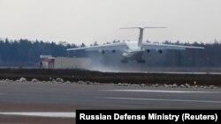 Aeroplani rus me ndihma arrin në Serbi