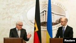 Прем'єр-міністр України Арсеній Яценюк і міністр закордонних справ Німеччини Франк-Вальтер Штайнмаєр під час зустрічі у Києві, 18 листопада 2014 року